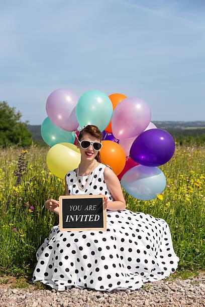 pinup-mädchen mit luftballons in natur - rock n roll kleider stock-fotos und bilder