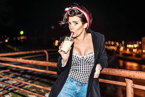 pinup girl mit kaffee-shake im freien - moderne 50er jahre mode stock-fotos und bilder