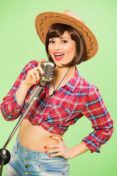 Pin-up-Mädchen mit Mikrofon auf Grün – Foto