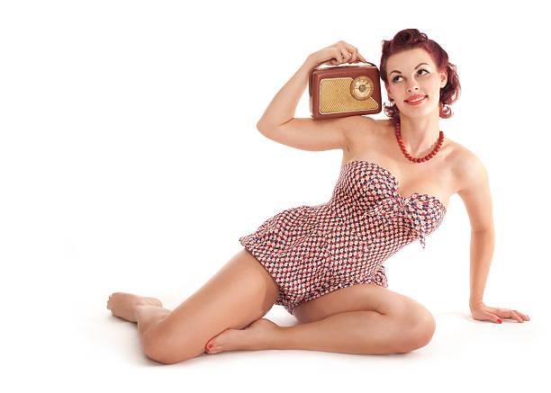 pin-up-mädchen mit alten radio - radio kultur stock-fotos und bilder