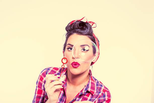pinup girl mit soap bubbles - moderne 50er jahre mode stock-fotos und bilder