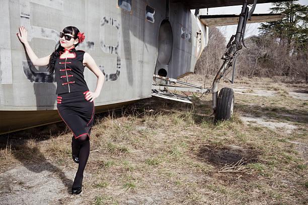 pin-up stewardess vereinbart werden - rote bleistiftröcke stock-fotos und bilder