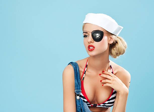 pin-up-stil matrose frau mit piraten-augenklappe - matrosin kostüm stock-fotos und bilder