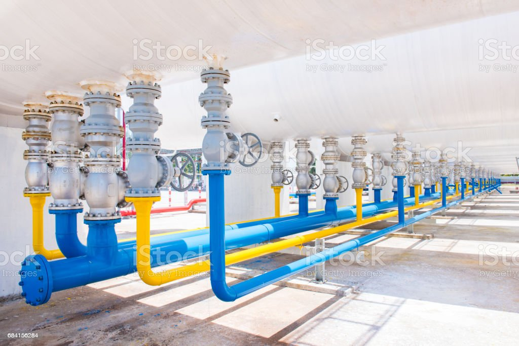 Pipe and Valves at gas plant foto stock royalty-free