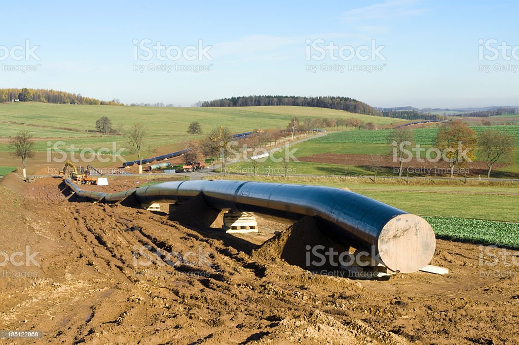 Pipeline Konstruktion in der hügeligen Landschaft – Foto