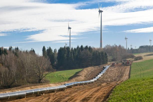 Rohrleitungsbau in hügeliger Landschaft - Rohre vor der Verlegung – Foto