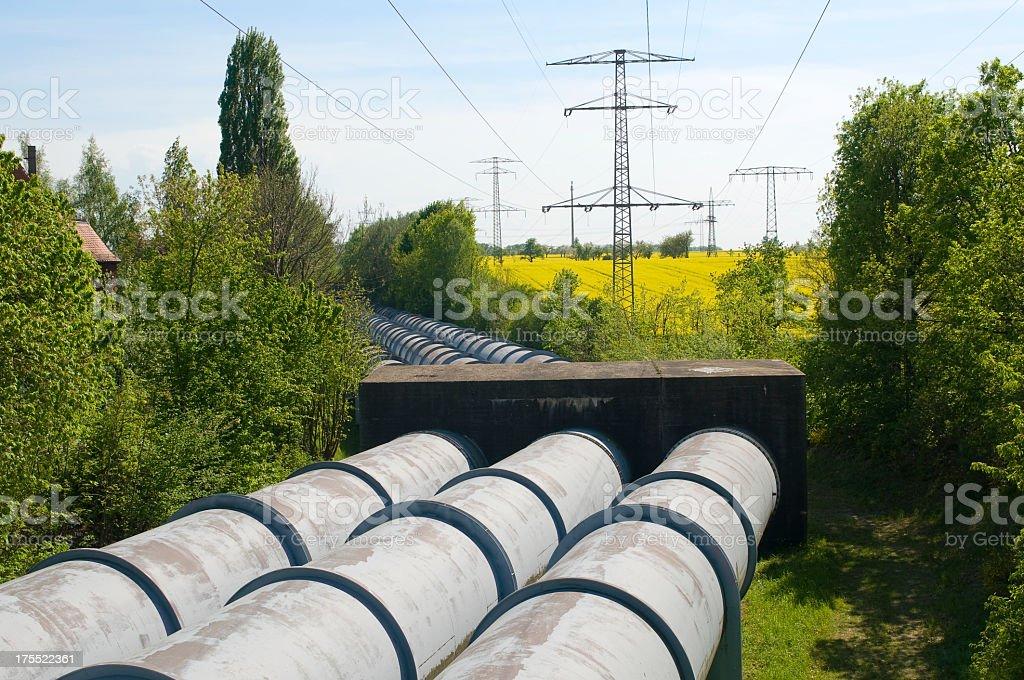Pipelines und power lines – Foto
