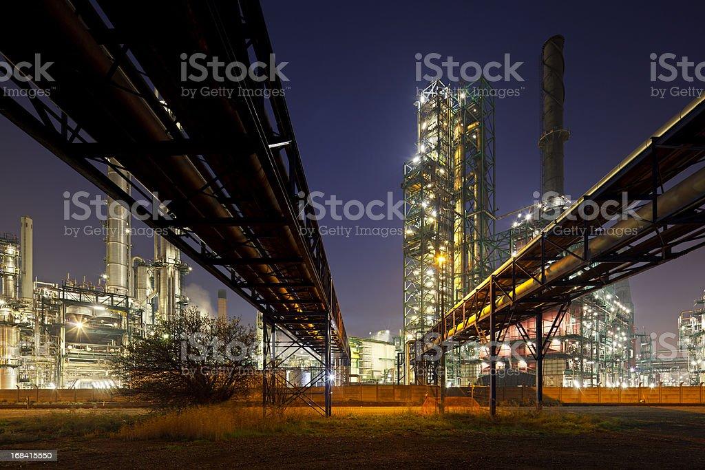 Pipelines und Raffinerie bei Nacht – Foto