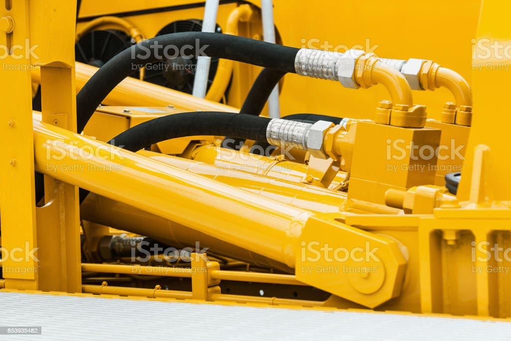 Rohre und das Hydrauliksystem des Traktors – Foto