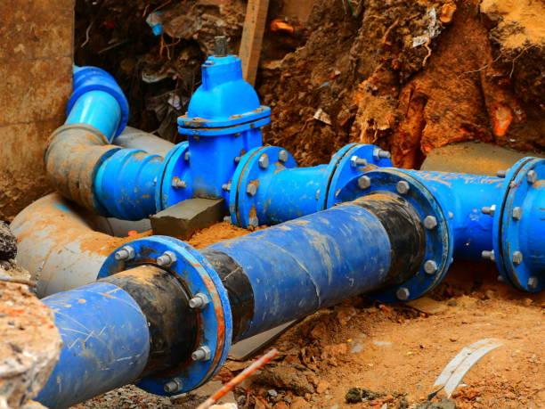rohre und ventile im untergrund - kanalisationsabflüsse stock-fotos und bilder