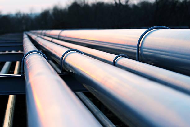 Tubi in fabbrica di petrolio greggio - foto stock