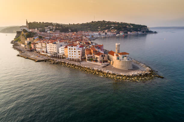 piran, na costa do adriático esloveno no sol da manhã - eslovênia - fotografias e filmes do acervo