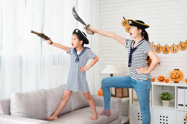 pirat kostüm mädchen und ihre mutter zum spiel - piratenzimmer themen stock-fotos und bilder