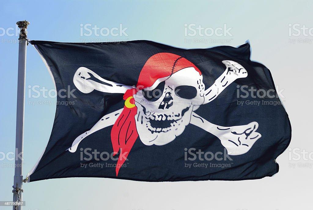 Bandera pirata fluttering ominously en el viento - foto de stock