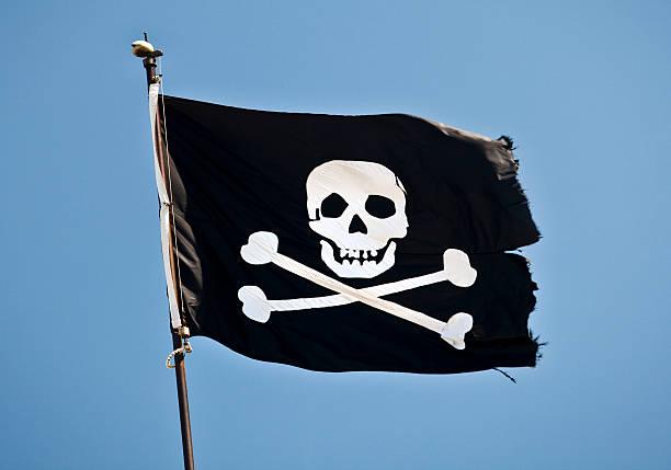 Bandera pirata en el viento - foto de stock
