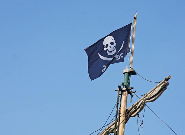 Bandera pirata que vuela sobre el buque Corsair - foto de stock