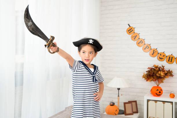 piratin halten messer ziel in ihre richtung - piratenzimmer themen stock-fotos und bilder