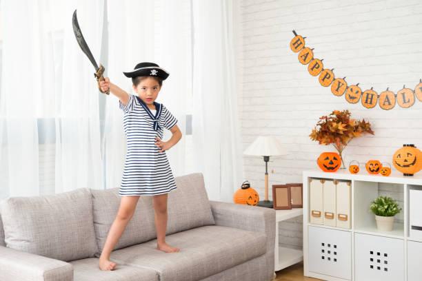 piratin mit messer zeigt ihre entschlossenheit - matrosin kostüm stock-fotos und bilder