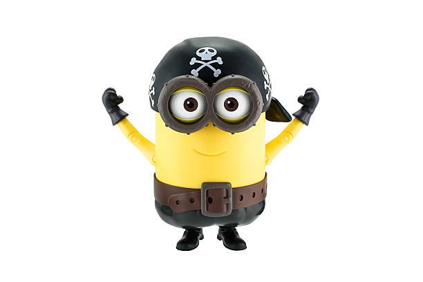 pirat diener mit mütze mit totenkopf-spielzeug - minion thema stock-fotos und bilder