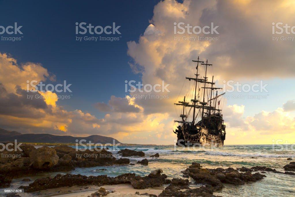 Barco pirata en el mar abierto - foto de stock