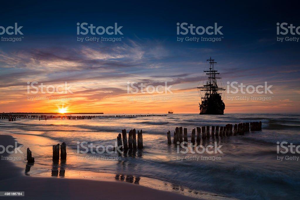 Barco pirata en paisaje de la puesta del sol. - foto de stock