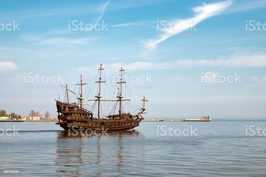 A pirate ship sailing out of the harbor – zdjęcie