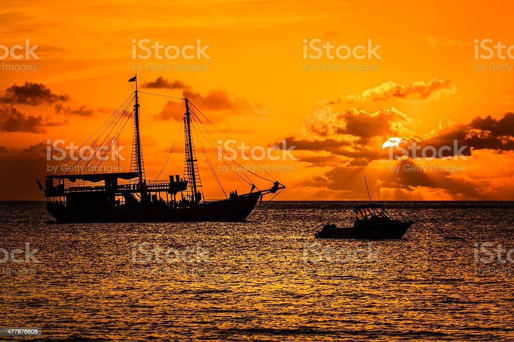 Barco pirata atardecer - foto de stock
