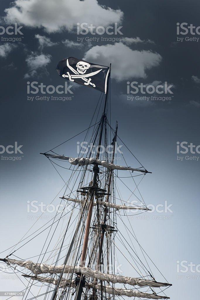 Pirate Ship con Jolly Roger bandera apoyarse en el cielo oscuro - foto de stock