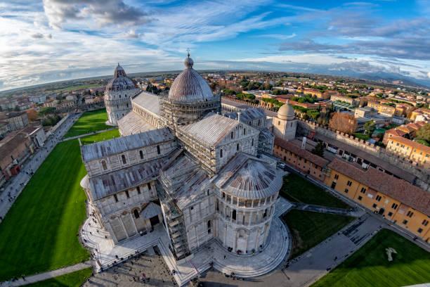pisa koepel luchtfoto uitzicht vanaf de toren van pisa - pisa stockfoto's en -beelden