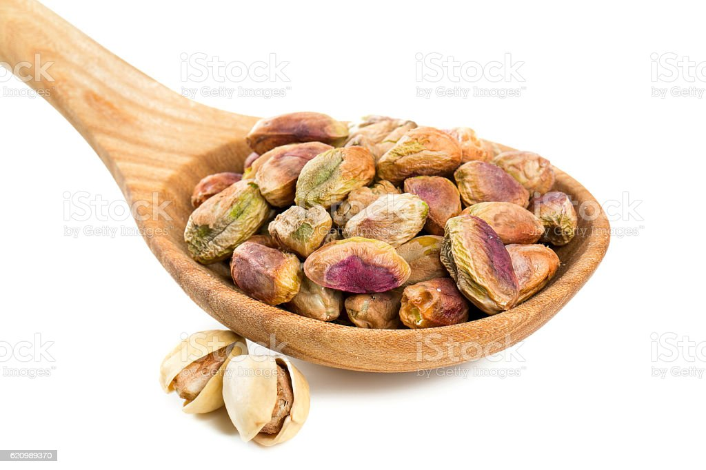 pistachio in spoon isolated on white foto royalty-free