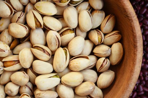 pistachios in wooden bowl – zdjęcie