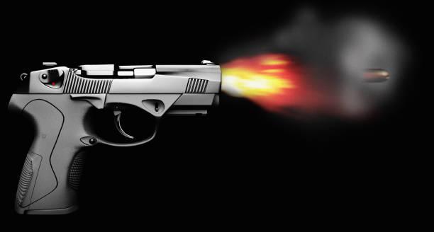 Pistolenbrand mit Kugelfeuer und Rauch isoliert auf schwarzer Seitenansicht – Foto