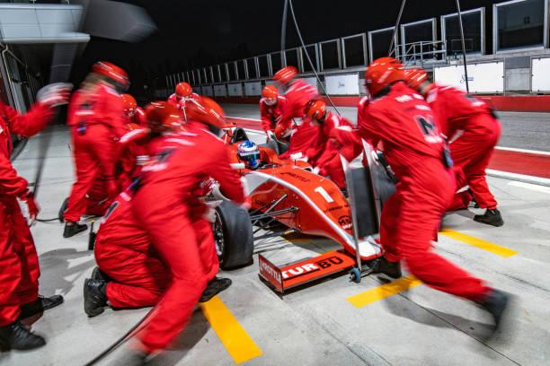equipo pit stop recibirá un coche de carreras fórmula - irl indycar series fotografías e imágenes de stock