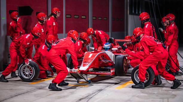 Boxenstopp-Team arbeitet an einem roten Formel-Rennwagen – Foto