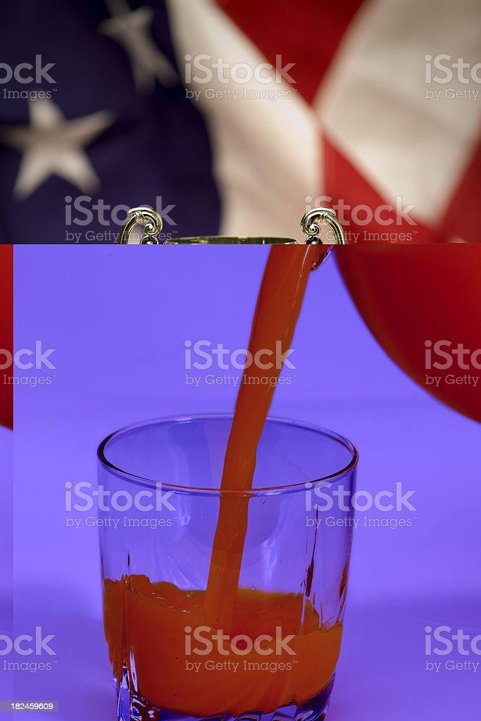 Lanzador y vaso de jugo de naranja foto de stock libre de derechos