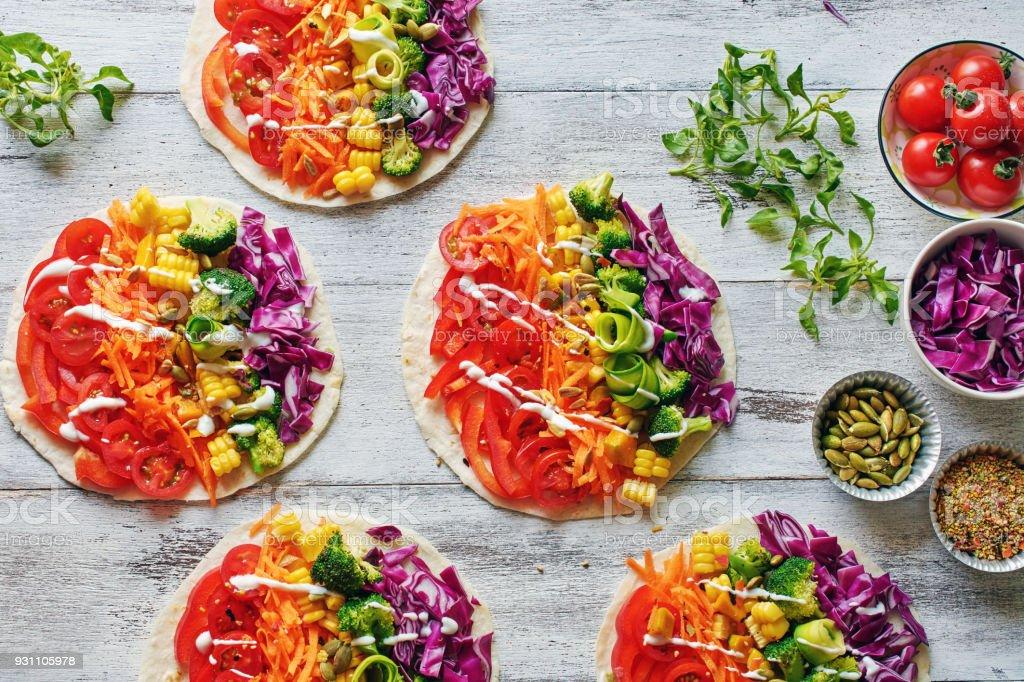 Pide ekmek sebze renkli rainbow ile. Üstten Görünüm vejetaryen öğle yemeği. - Royalty-free Akşam yemeği Stok görsel