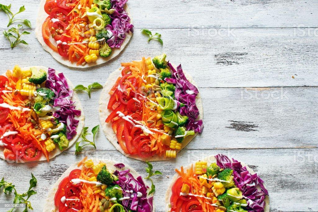 Pide ekmek sebze kopya alanı ile renkli gökkuşağı ile. Üstten Görünüm vejetaryen öğle yemeği. - Royalty-free Akşam yemeği Stok görsel