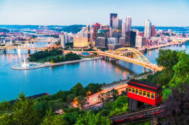 pittsburgh,pennsylvania,usa. 2017-08-20, beautiful pittsburgh at twilight. pittsburgh,pennsylvania,usa. 2017-08-20, beautiful pittsburgh at twilight. monongahela river stock pictures, royalty-free photos & images