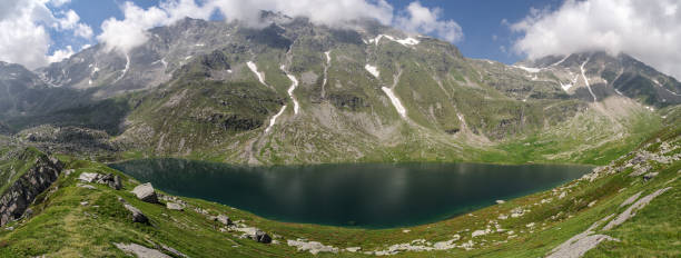 piuro, sondrio, lombardy, italy, june 29, 2019 - 180 degree panorama: lake of acquafraggia (2043 m), formed by the stream of the same name at an early point of its course, set in a basin of glacial origin, surrounded by mountains - брегалья стоковые фото и изображения