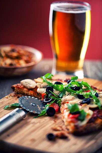 pizza und bier - frucht pizza cookies stock-fotos und bilder