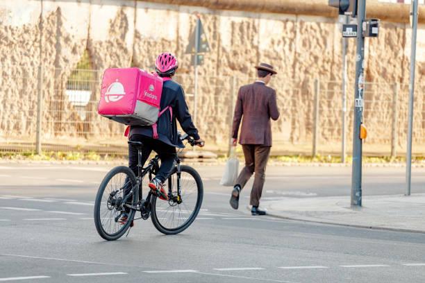 pizza und fastfood lieferung auf dem fahrrad - kinder die schnell arbeiten stock-fotos und bilder