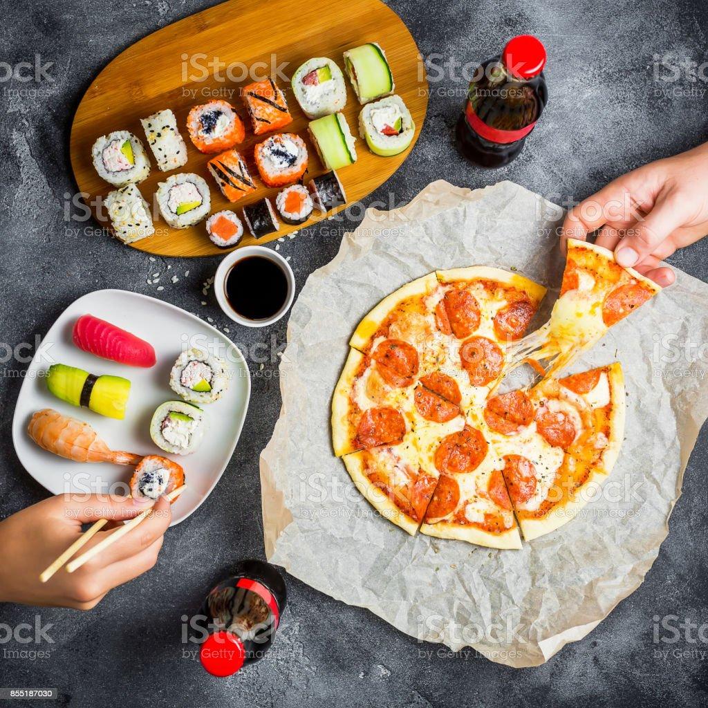 Pizza Und Sushirollen Und Hände Nehmen Sie Essen Essen Und Soda ...