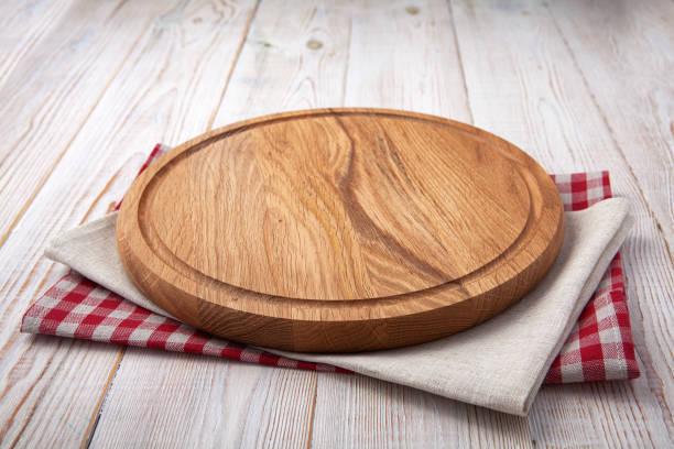 deska do pizzy z serwetką na białym drewnianym stole. widok z góry makieta w górę - deska zdjęcia i obrazy z banku zdjęć