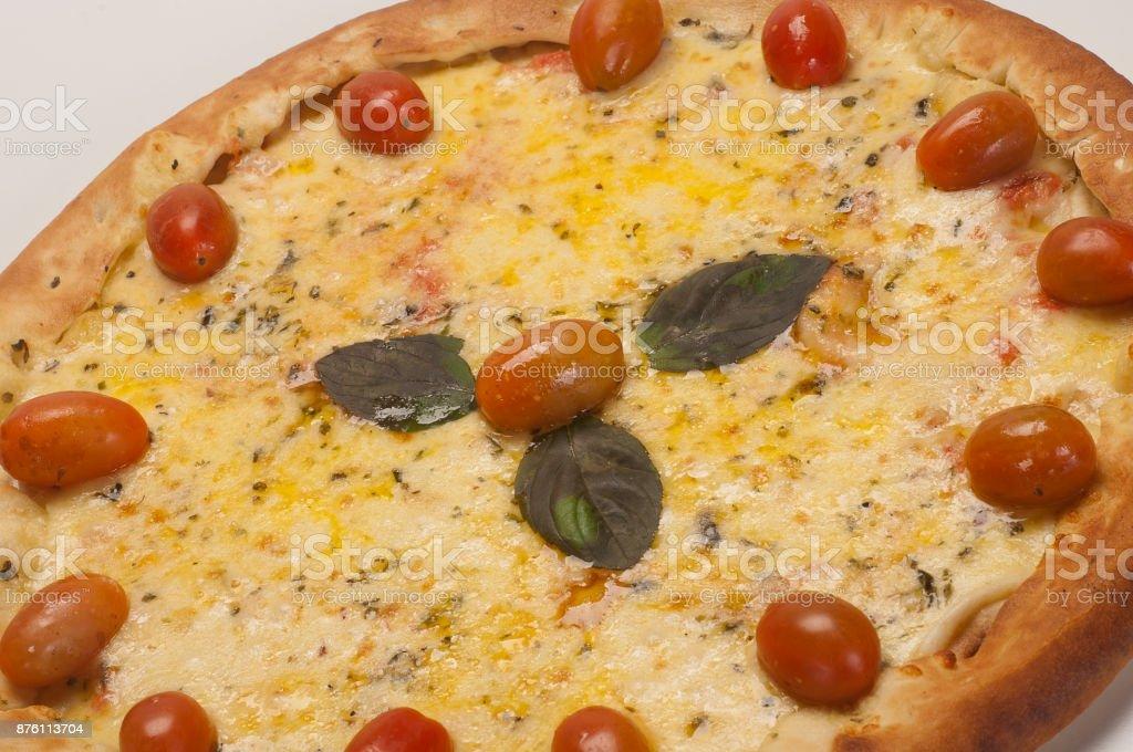 Pizza de quatro queijos com tomate cereja