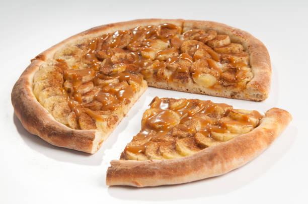 pizza em fatias - banana com doce de leite - gebackene banane stock-fotos und bilder