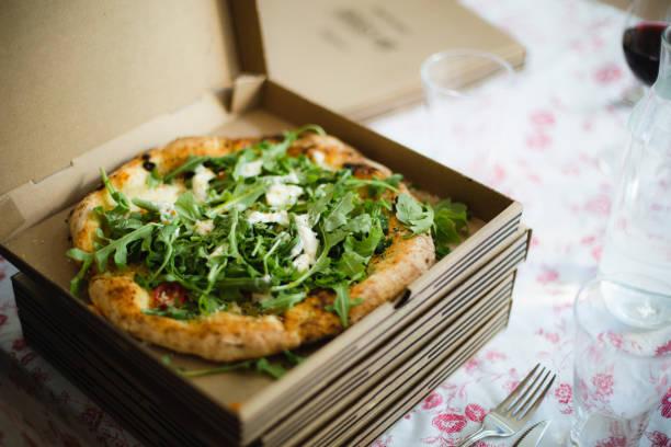 pizza till middag - wine box bildbanksfoton och bilder