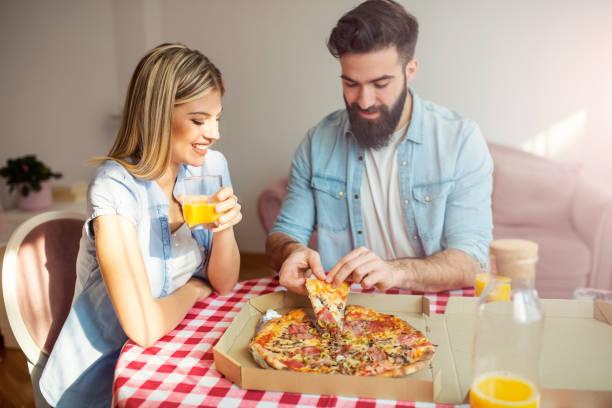 pizza para almoço - junk food - fotografias e filmes do acervo