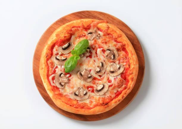 pizza fungi - gebackene champignons stock-fotos und bilder