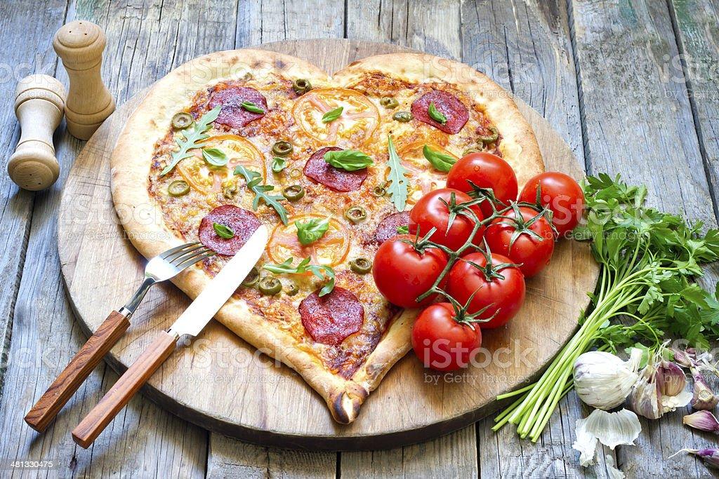 Pizza forma di cuore con formaggio e pomodoro - Foto stock royalty-free di Aglio - Alliacee