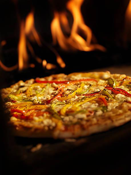 pizza aus einem holzbefeuerten ofen. - ofengemüse mit feta stock-fotos und bilder